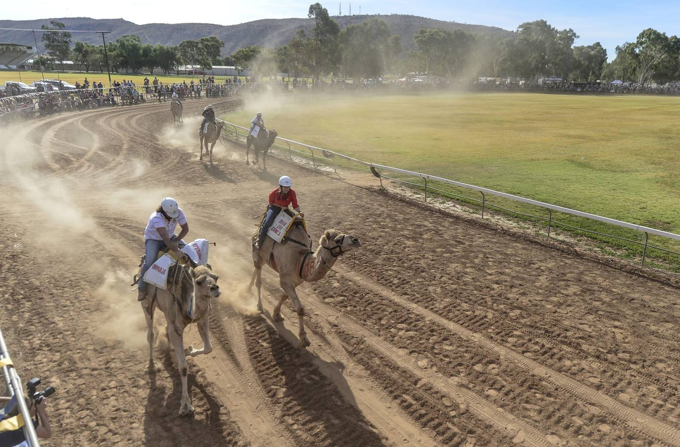 . Alice Springs (Australia), 09/07/2016.- Participants race during the Alice Springs Camel Cup camel races held at Blatherskite Park, in Alice Springs, the Northern Territory, Australia, 09 July 2016. The annual camel races that see people come from all over Australia is a family and fundraiser event well known for its unpredictable and entertaining camels as well as the brave and crazy riders. EFE/EPA/STEVE STRIKE AUSTRALIA AND NEW ZEALAND OUT